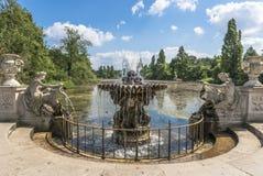 一个老石喷泉在海德公园,伦敦的看法 免版税图库摄影