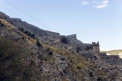 一个老石堡垒的墙壁由水的 库存照片