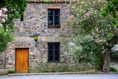 一个老石大厦的门面在科洛尼亚德尔萨克拉门托, Urugu 免版税库存照片