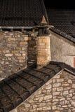 一个老石房子的屋顶和烟囱在晚上 免版税库存图片
