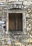 一个老石房子的视窗 免版税库存图片