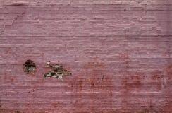 一个老砖墙绘了桃红色和腐朽 免版税库存图片