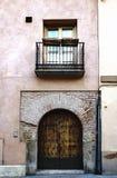 一个老砖房子的门户和阳台有为支架入口使用在房子和加工的红外线的木门的 免版税图库摄影