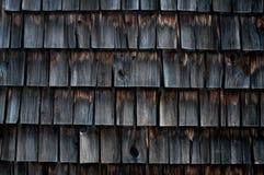 一个老磨房大厦的被风化的木瓦 免版税图库摄影