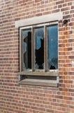 一个老窗口的残破的玻璃窗格 免版税库存图片