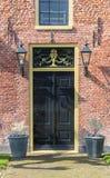 一个老红砖房子的入口在Aduard 免版税库存图片