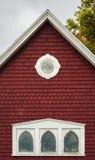 一个老红色大厦的房檐 免版税库存照片
