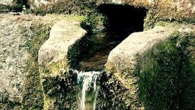 一个老纪念喷泉用在山关闭的可喝的水 股票视频