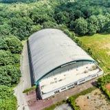 一个老网球和足球大厅的倾斜鸟瞰图 免版税图库摄影