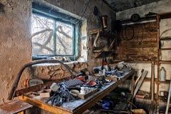 一个老肮脏的车库的内部 免版税库存图片