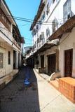 一个老肮脏的非洲城市的街道视图 免版税库存图片