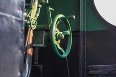 一个老蒸汽火车锅炉的黄铜前面阀门的细节 库存照片