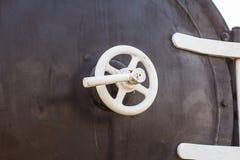 一个老蒸汽火车锅炉的黄铜前面阀门的细节 免版税库存图片