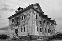一个老被放弃的健康中心大厦的废墟 免版税库存照片