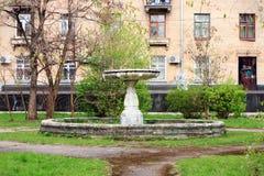 一个老被放弃的喷泉在庭院里 免版税图库摄影
