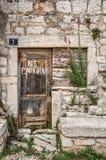 一个老被放弃的房子入口,克罗地亚的街道细节在力的 免版税库存照片