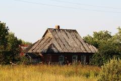 一个老被放弃的房子在俄国乡下 库存照片