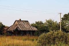 一个老被放弃的房子在俄国乡下 库存图片