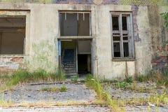 一个老被放弃的房子的入口 库存照片