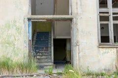 一个老被放弃的房子的入口 免版税库存图片