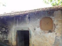 一个老被放弃的房子,废墟的,破坏了-正面图 免版税库存照片