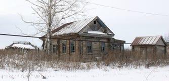 一个老被放弃的村庄房子 免版税库存图片
