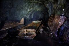 一个老被放弃的矿的隧道有台车生锈的残余的  免版税库存图片