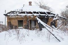 一个老被放弃的被烧的房子的水平的图象 免版税库存照片