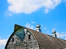 一个老被放弃的谷仓的屋顶和圆屋顶 库存图片