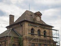 一个老被放弃的豪宅房子的图片有木支架的改变工作的 库存图片