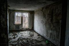 一个老被毁坏的房子的内部 库存图片