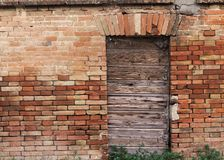 一个老被破坏的大厦的木门 免版税库存照片