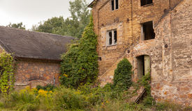 一个老被破坏的工厂大厦 图库摄影