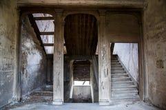 一个老被破坏的房子里面 老被破坏的内部在家 库存照片