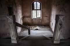 一个老被破坏的房子里面 老被破坏的内部在家 免版税库存照片