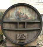 一个老被绘的葡萄酒桶在Chateau de Pommard在法国 免版税库存图片