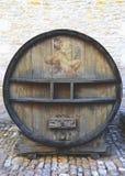 一个老被绘的葡萄酒桶在Chateau de Pommard,法国 库存照片