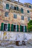 一个老豪宅的美妙的门面在Gaios村庄, Paxoi海岛,希腊 免版税库存照片