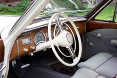 一个老车的老朋友的驾驶舱-从60 免版税库存图片