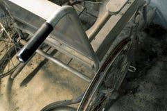 一个老轮椅在老屋子里 老轮椅被抛弃了 thisan老轮椅在老屋子里 老轮椅被抛弃了 这i 免版税图库摄影