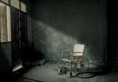 一个老轮椅在老屋子里 免版税库存图片