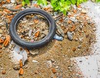 一个老轮胎在一个残破的玻璃区域 免版税库存照片