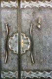 一个老金属手工制造门的片段与doorknocker的作为ba 免版税库存图片