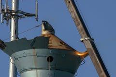 一个老钢水塔的焊工火炬点燃的部分 免版税库存照片