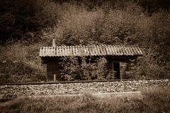 一个老铁路小屋在奥地利,乌贼属色 免版税库存照片