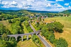 一个老铁路高架桥在Cleron,一个村庄的鸟瞰图在法国 免版税库存图片