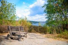 一个老长木凳的特写镜头图片 免版税库存照片