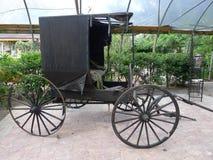一个老门诺派中的严紧派的儿童车 库存照片