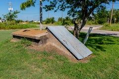 一个老防风地窖或龙卷风风雨棚在农村俄克拉何马。 库存图片