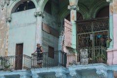 16一个老阳台的老妇人, La哈瓦那,古巴 免版税图库摄影